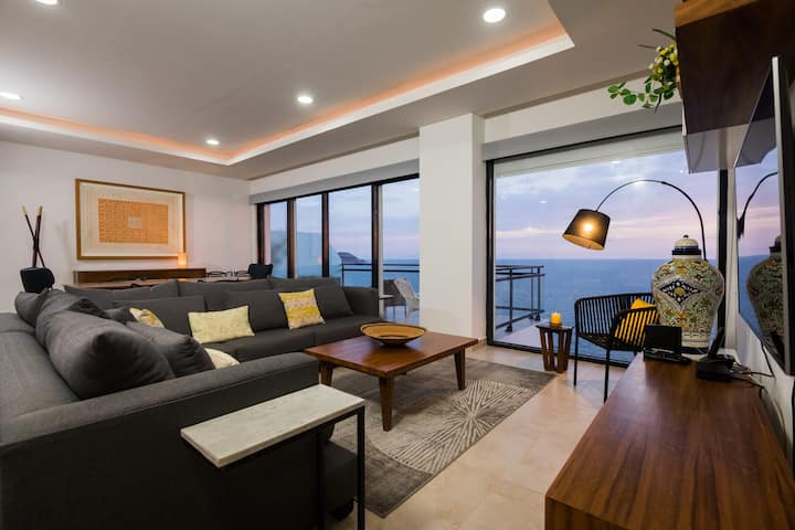 High end beach front condo with spectacular view