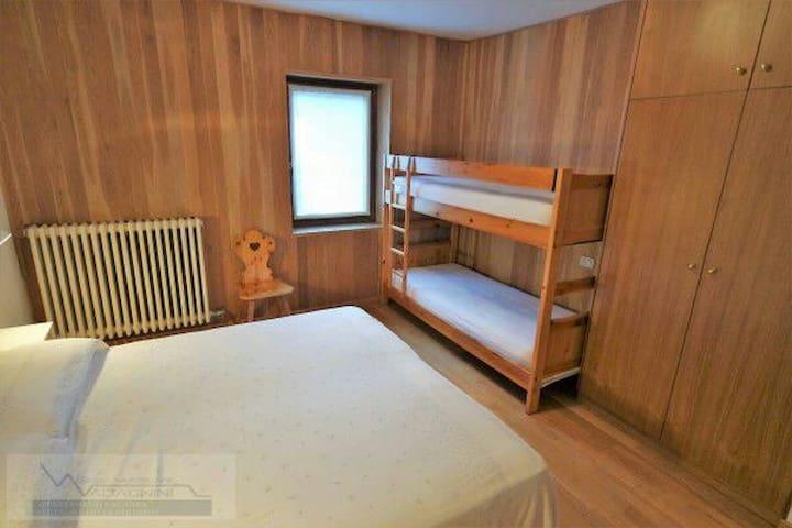 Camera matrimoniale più letto a castello