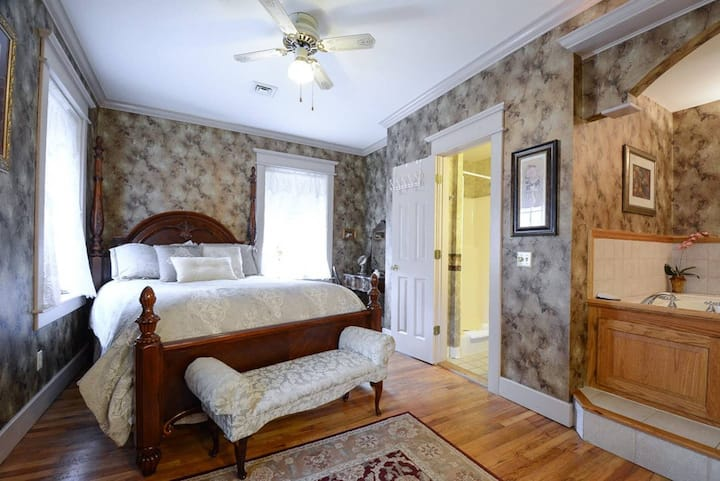 The Brownstone Spring Suite, Double Spa Tub, Two Room Suite, WiFi Streaming, High Ceilings, Trolley