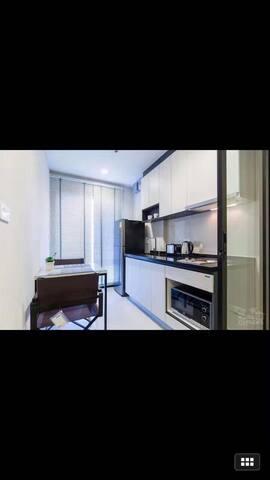 芭提雅市base一卧室公寓,无边泳池,150米到中央商场,250米到海边,情侣旅游必住之地