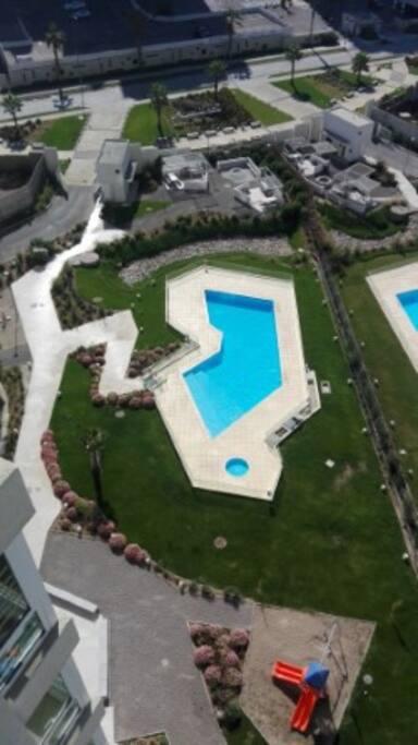 Vista panorámica de la piscina, hidromasajes y sector de quinchos
