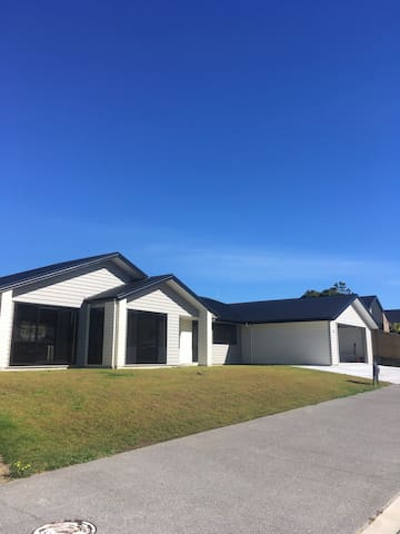 Modern 2016 built home. 1 bedroom available. - Te Puke - Dom