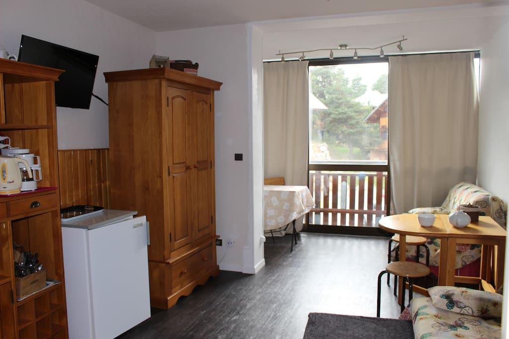Armoire, frigo, télévision et deux tables de 4 personnes + 2 tabourets et 6 chaises