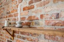 Detalje fra murstensvæggen i stuen
