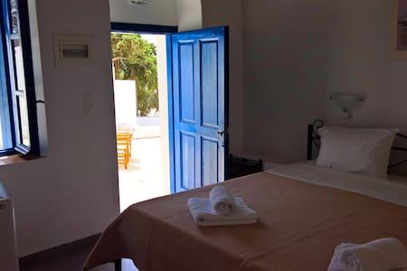 Cosy Double Room with a sunny terrace (No5) - Plaka - Bed & Breakfast