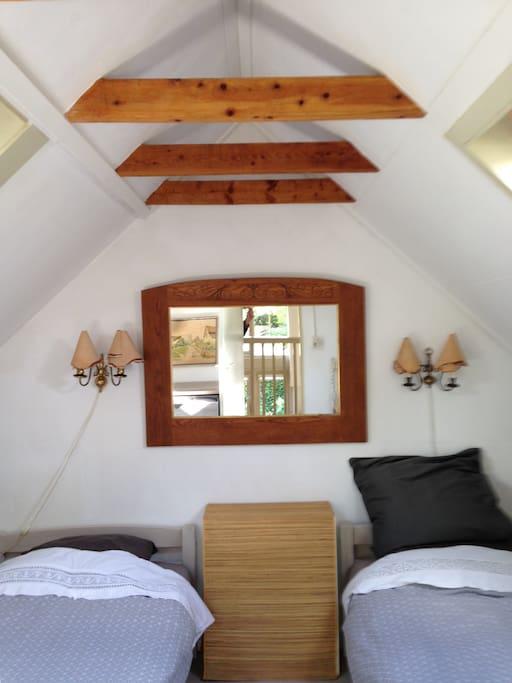 de slaapkamer met 2 één persoonsbedden