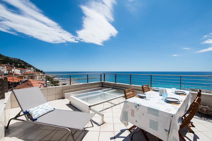 Apartment with panoramic terrace on the sea