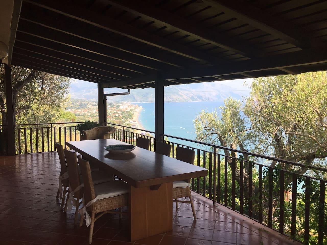 Tavolo panoramico in terrazza.