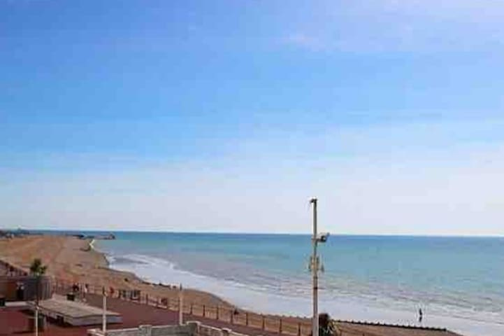Lovely spacious seafront/ seaview apartment