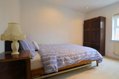Ensuite king size bed in peaceful location - Mortimer - Haus