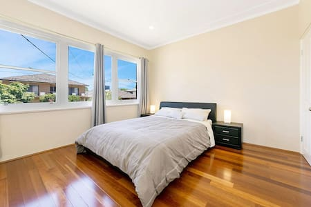Bright clean house close to Westfield Burwood - Burwood