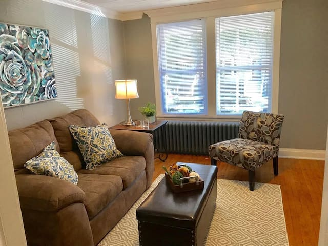 Trendy  LINCOLN SQUARE  2 BR w/ parking
