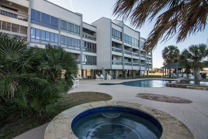 Sunshine Vibes Waterfront Condo Sabine Lake w Pool