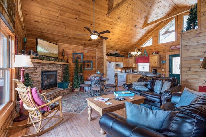 Ever After, 1 Bedroom, Pet Friendly, Hot Tub, Pool, Jetted Tub, Sleeps 4