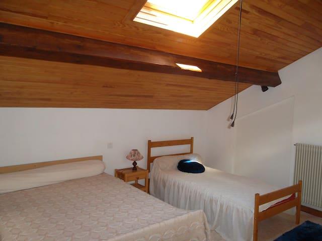 chambre étage avec 1 lit 140X190 et 1 lit 90X190