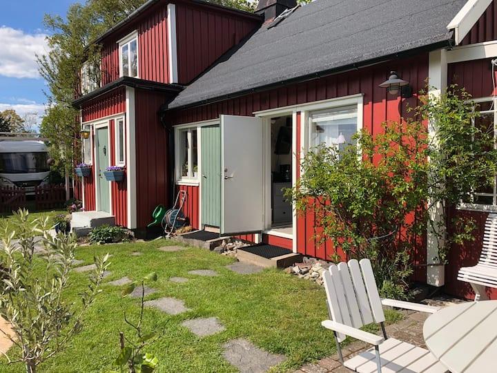 Gästrum med egen ingång i lugnt villakvarter