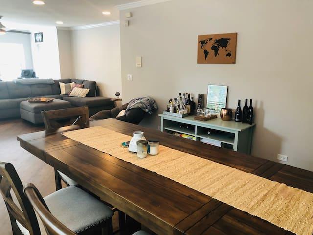 Bright, Open & Cozy Condo in Lakeview