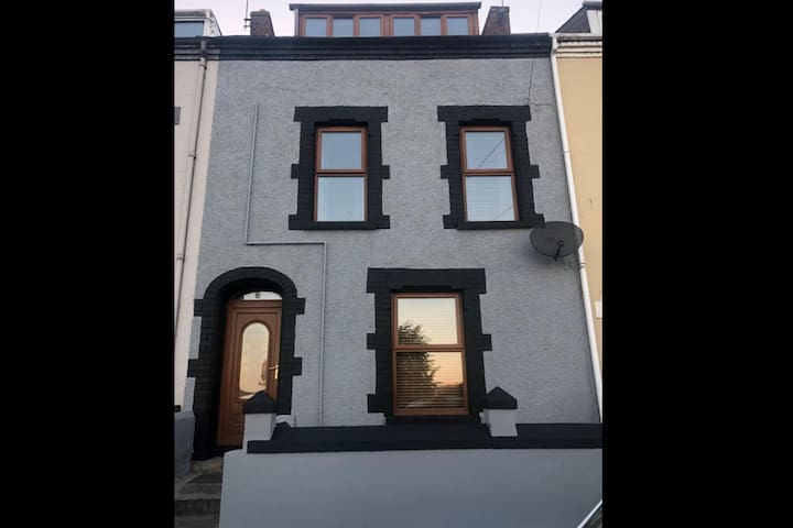 3 Storey House - 5 min walk to city centre