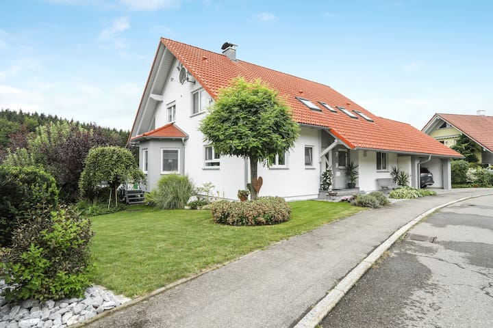 "Charming Apartment ""Ferienwohnung Merk"" in a Quiet Area with Wi-Fi, Balcony & Garden; Parking Available"