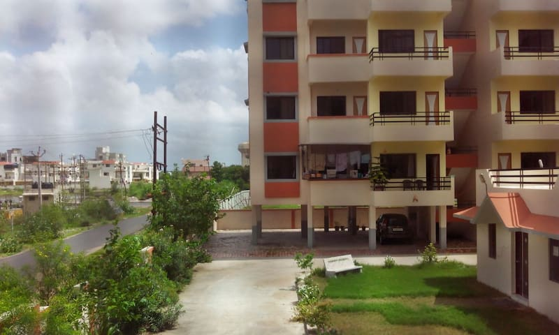 Family that lets out Private room - Vadodara - Apartment