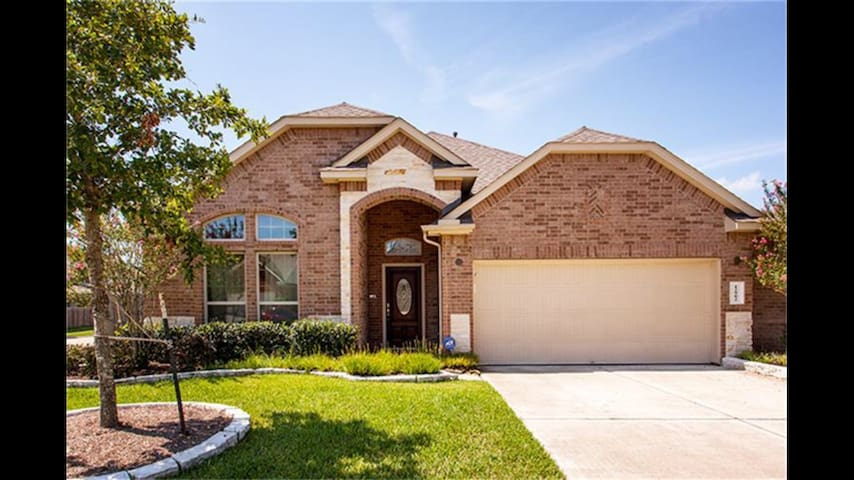 BEAUTIFUL MODERN HOME IN PRIME LOCATION! - Pearland - Hus