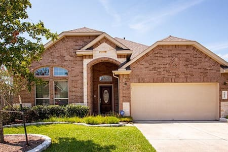 BEAUTIFUL MODERN HOME IN PRIME LOCATION! - Pearland