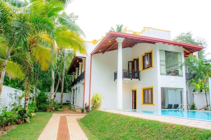 Villa White Deluxe Triple Room with B/B