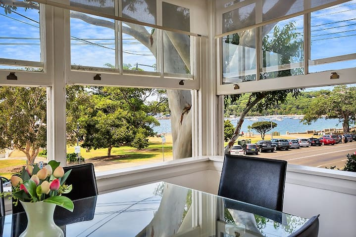 Balmoral Beachfront Apartment - Stunning Views
