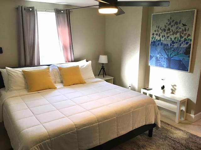 Studio 1/2 mile from miracle mile ,coral gables