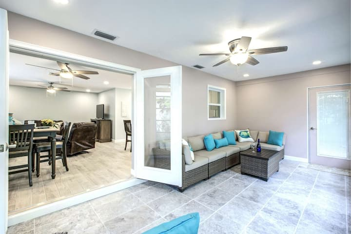 Walk to Beach, Beautifully Renovated with Highend Finishings, Wifi/Cable, Heated Pool, Fishing Pier