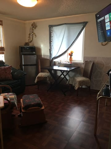 Homey 2 rm getaway w/private entrance near airport