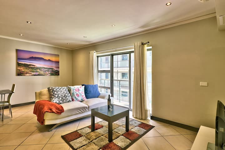 Warm Serene City Centre Apartment with Pool !