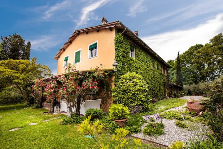 VILLA D'AMICO, charming indulgence overlooking Lucca Town Centre