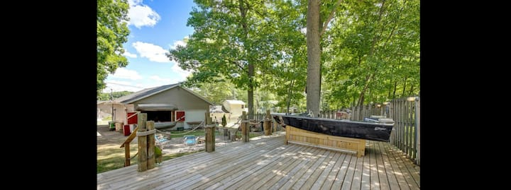 The Hangout hottub cottage on Big Pine Island Lake