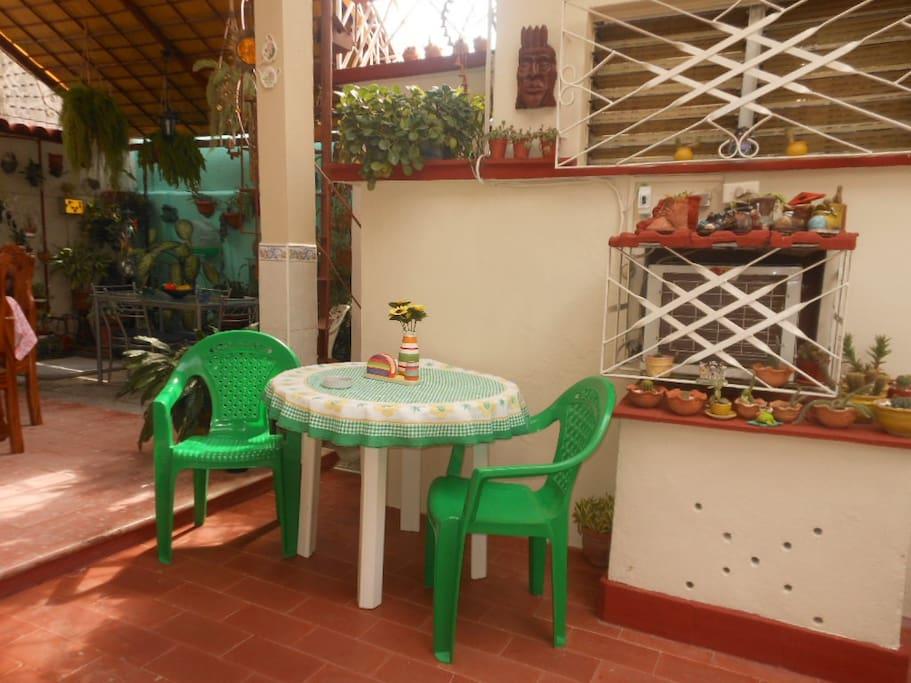 Un lugar ideal para sentarse a conversar o tomar una taza de café / An ideal place to sit or chat or have a cup of coffee