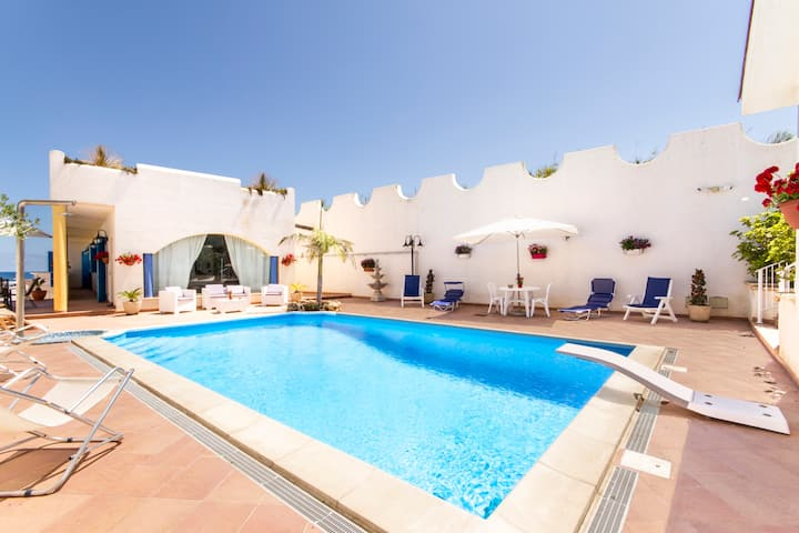 Splendida villa sul mare con piscina