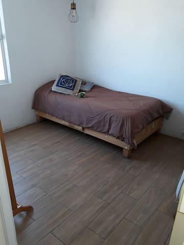 Comparto habitación dentro de mi depa. =)