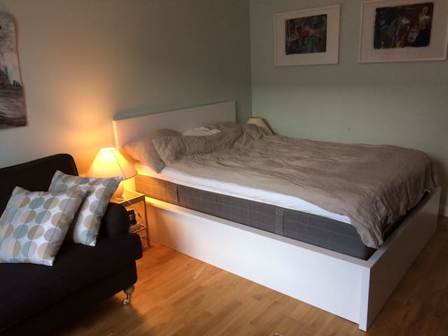 Calm flat with patio, surrounded with green areas - Huddinge - Departamento