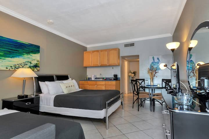 Special Offer! POOL-FACING STUDIO/1BATH, Hallandale Beach, FREE PARKING, SANITIZED, BEACHES AND POOL OPEN!