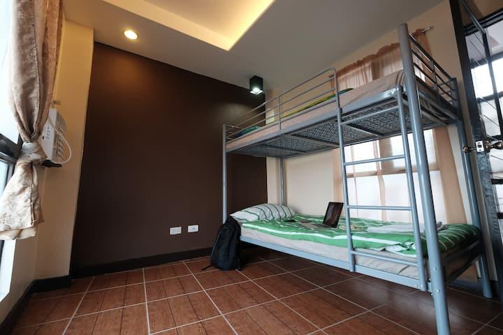 Studio 4: near a mall, bunk bed, WIFI, clean, cozy