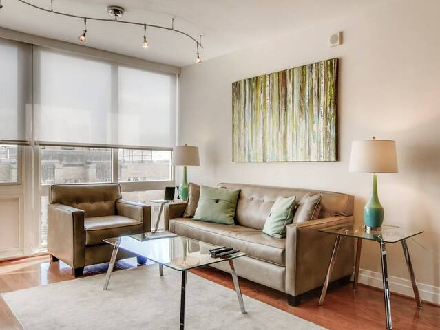 Deluxe 1 Bedroom with Rooftop Pool!!