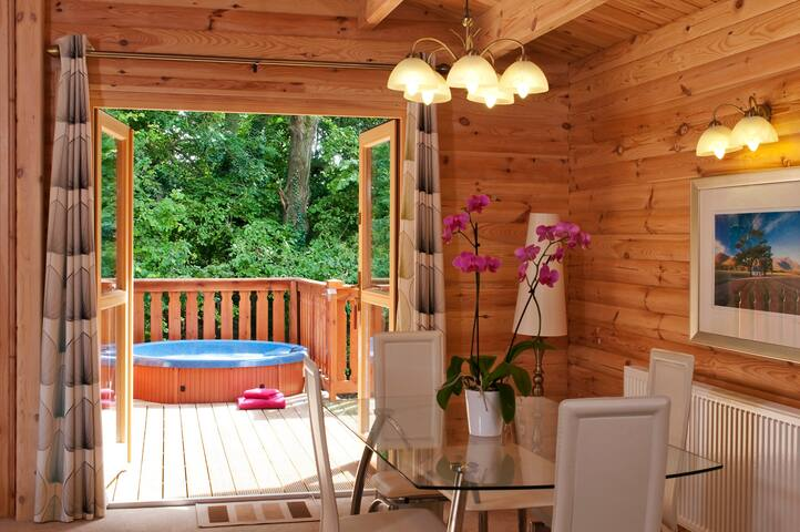 5 Star, 2 Bedroom Scandinavian Lodge with Hot Tub