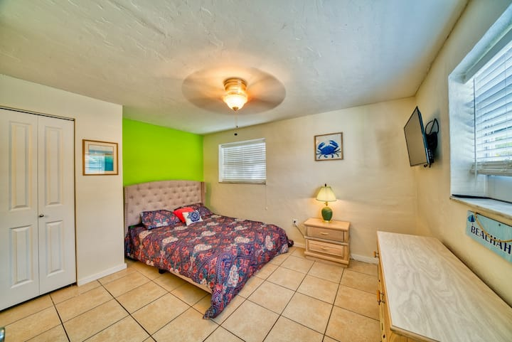 Wind Swept - 2 Blocks from Beach with Shared Pool