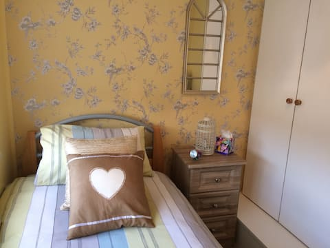 Sunny single room close to city and airport.