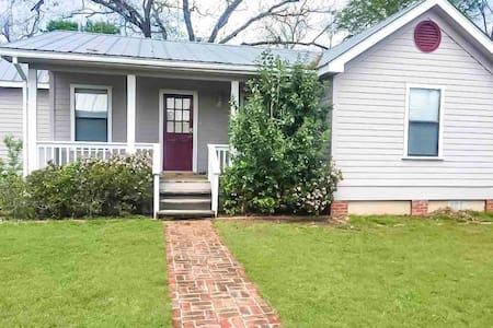 Charming Downtown Bastrop Home for 6