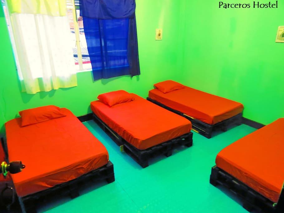 Cuarto compartido mixto de 4 camas individuales