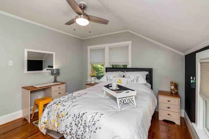 Queen rear bedroom