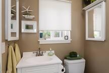 Bathroom with full bath/shower btwn bedrooms