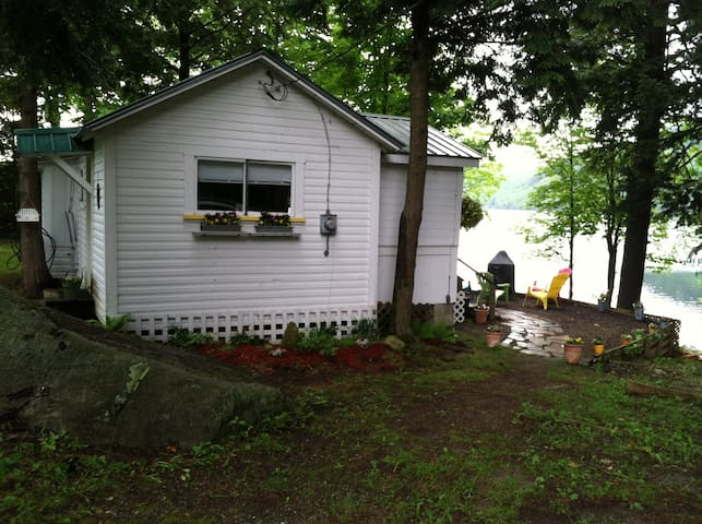 Charming lake cottage on Crystal Lake! Boats! R&R!