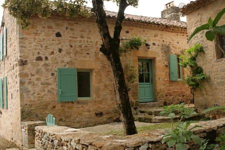 Maison dans village au pied du chateau à Biron 24